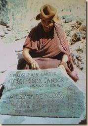 Egy szerzetes Csoma sírjánál