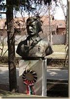 Büsztje Miskolcon, a Gábor Áron Szakközépiskola udvarán, Dabóczi Mihály alkotása (1956)