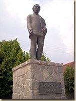 Szobra szülőfalujában, Vargha Mihály alkotása (1992)