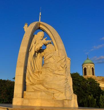 István király megkoronázása, Melocco Miklós szobra a az Esztergom-i  bazilika parkjában