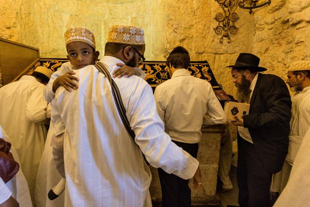muslims-and-jews-at-king-davids-tomb-620