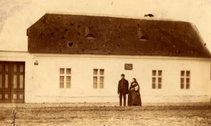 Dugonics András szülőháza Szegeden, előtte a ház tulajdonosai, Kõrösi József és felesége 1876 Fénykép Váry Gellért gyűjteményéből Piarista Múzeum, Fényképgyűjtemény, Albumok, 32/26.
