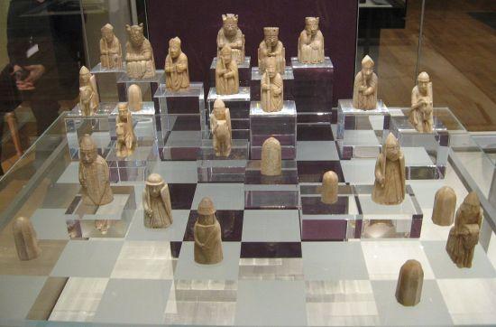 1280px-Lewis-chessmen