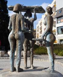 Három grácia, bronz, 1987 (Veszprém, Kossuth Lajos u.)_1 (2)