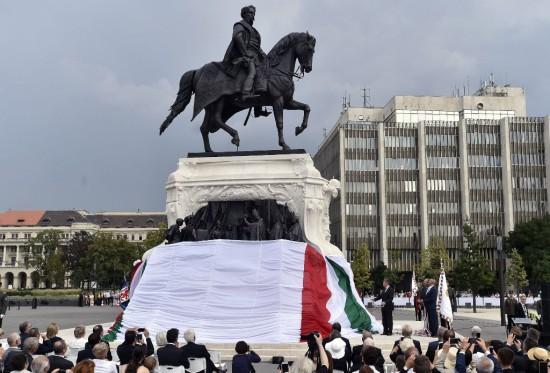 Andrássy Gyola lovasszobrának avatása a Kossuth téren