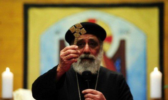 Kopt pap áldó kereszttel (fotó: AFP)