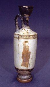 Fehéralapos lékythos Attikából, a Thanatos-festő munkája