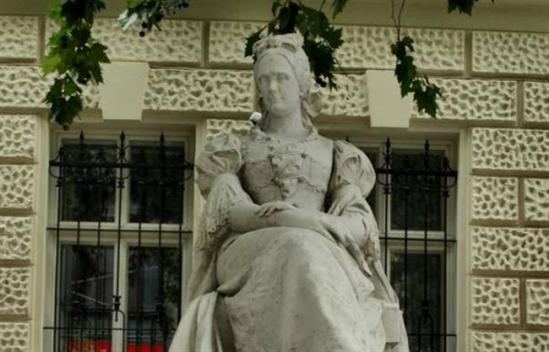 Veres Pálné szobra