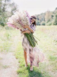 nő virágokkal
