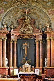 A székesfehérvári Szent István-bazilika főoltára böjti lepellel letakarva