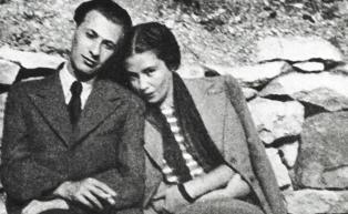 Radnóti Miklós és Fanni (padon ülnek)