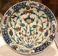 Plate with floral decoration from Iznik