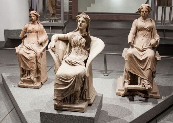 Roma: Museo Nazionale Romano: group of Etruscan terracotta sculptures