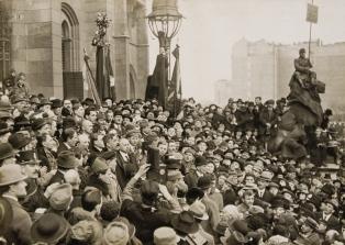 Sándor Garbai and Béla Kun proclaim the Soviet Republic