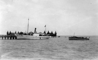 Balatonfüred harbor with the Kelén steamboat, the bathhouse in the background, 1933. (Fortepan 24458)